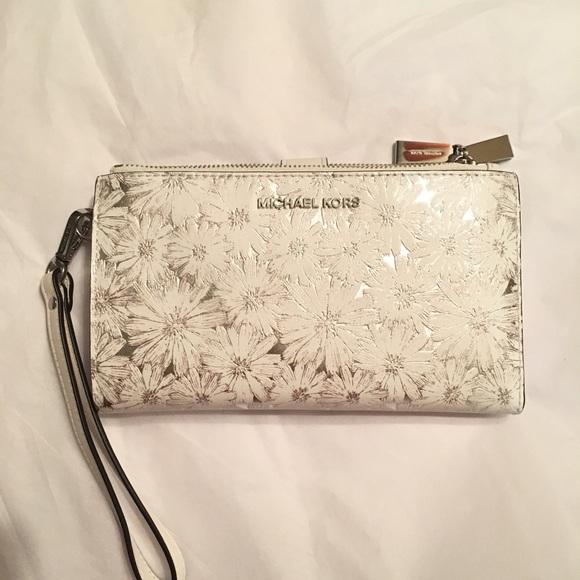 57cdba0abe17 Michael Kors Double zip wristlet white silver